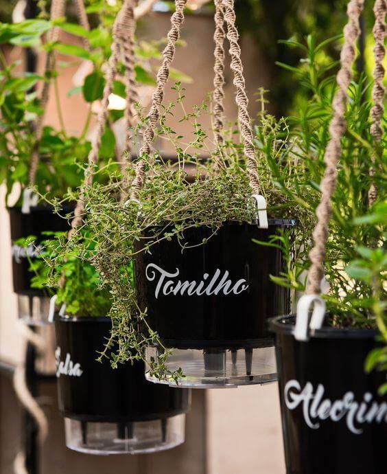Vaso autoirrigável suspenso com horta