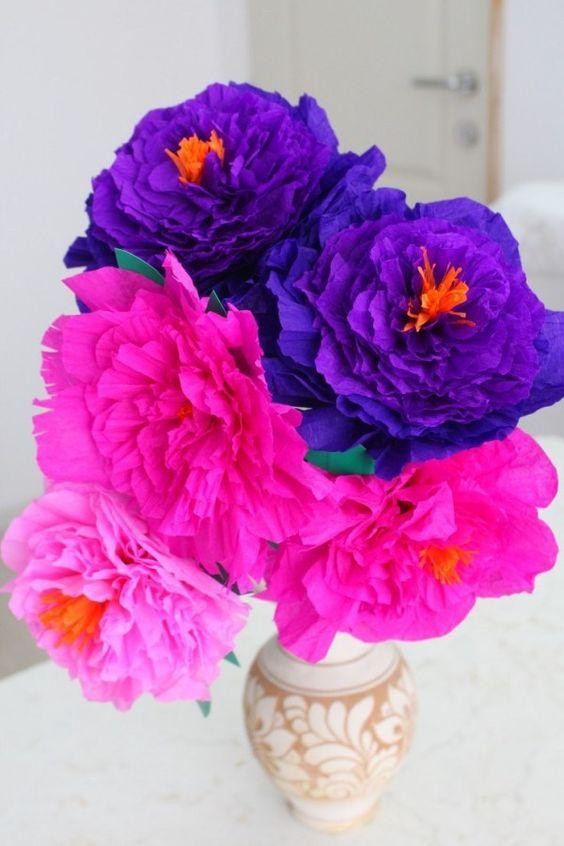 Vaso de flores de papel de seda azul e rosa