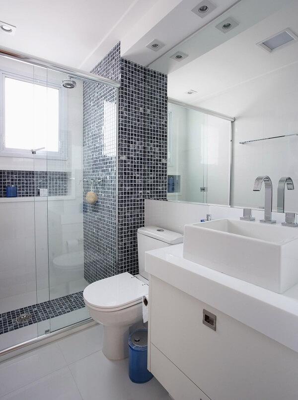 Área de banho revestida com pastilhas pretas. Fonte: Érica Salguero
