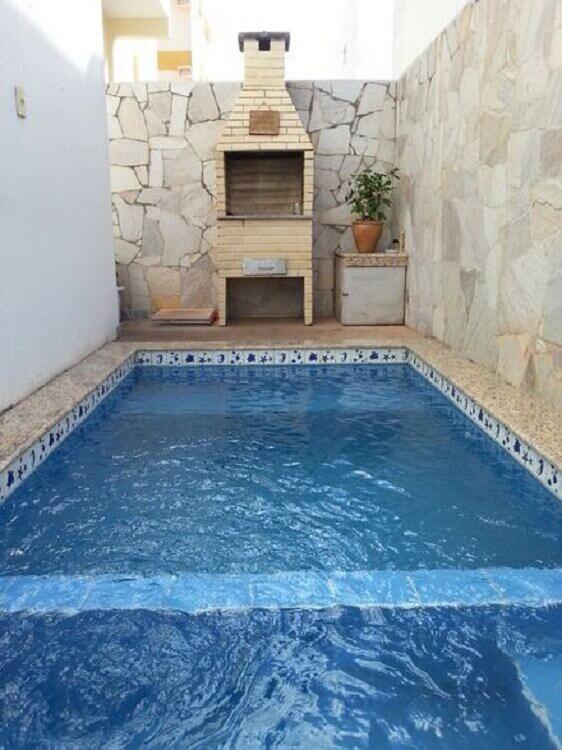 área gourmet externa simples com piscina e churrasqueira Foto Eu Amo Decoração