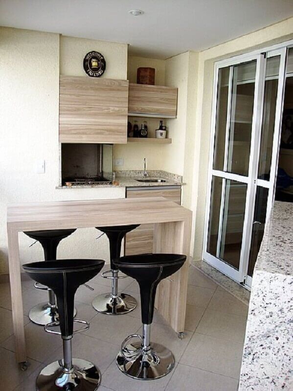 área gourmet pequena e simples com bancada de madeira Foto Sweet Casinha