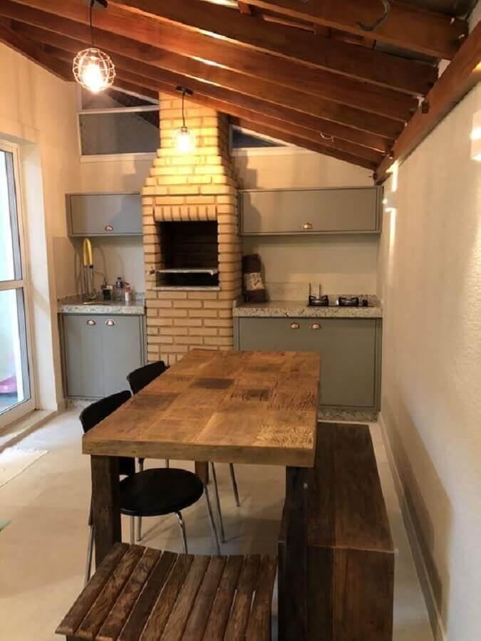área gourmet simples com churrasqueira de tijolinho e armários planejados cinza Foto Pinterest