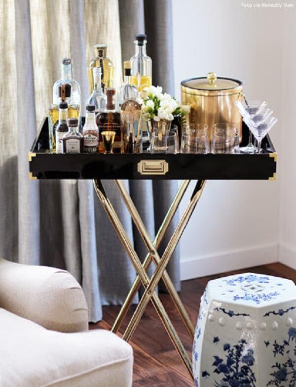 A bandeja com cavalete serve de apoio para garrafas e copos