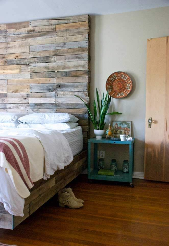 A cabeceira de pallet ocupa um grande espaço na parede