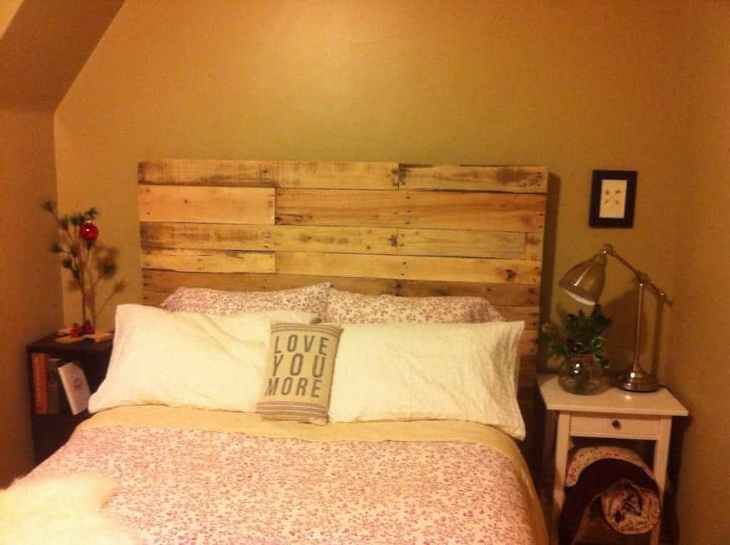 A cabeceira de pallet pode ser feita sob medida para o seu quarto