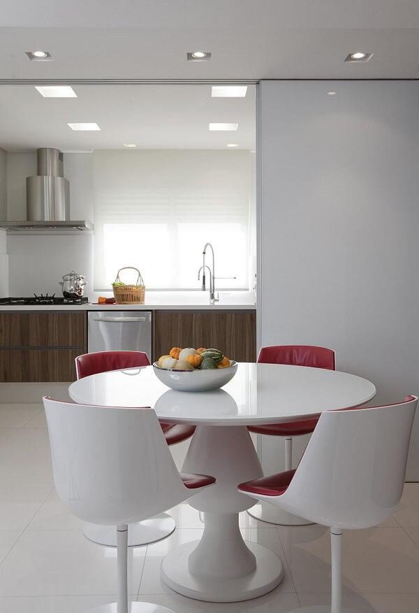 A cadeira giratória para cozinha branca se harmoniza facilmente na decoração