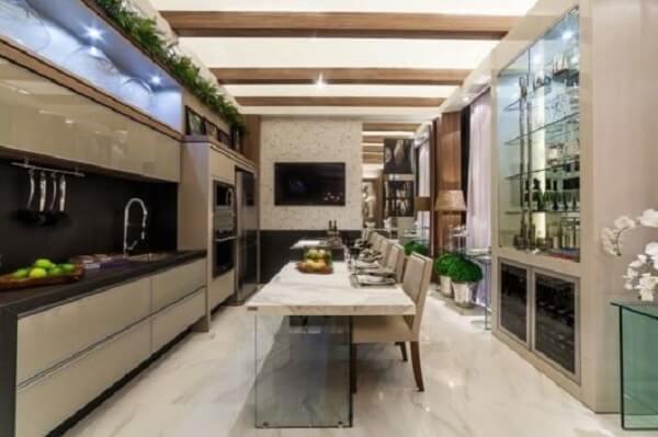 A cadeira para ilha de cozinha estofada traz elegância para o espaço