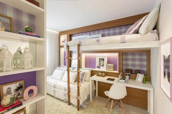 A cama infantil com escrivaninha tem escadas com cordas que garantiu o toque especial no quarto