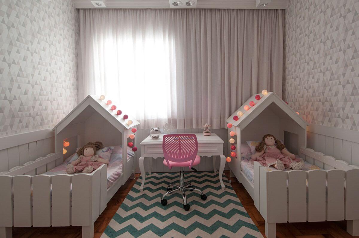 A cama infantil com grade decora o quarto compartilhado