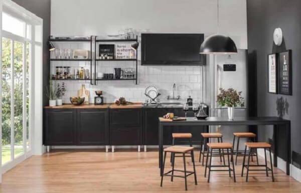 A cozinha modulada com armários pretos reflete sofisticação ao ambiente. Fonte: Pinterest