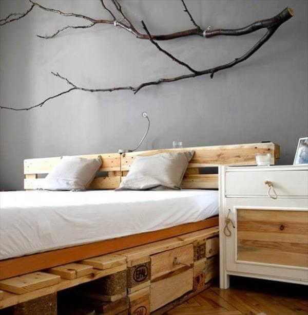 A decoração da parede com galhos realça ainda mais o estilo rústico do quarto