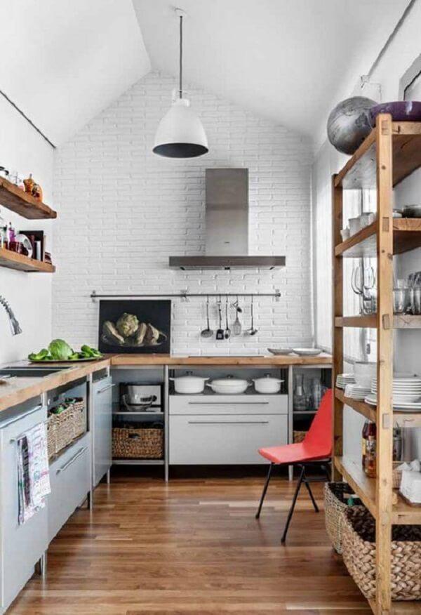 A estante de madeira dá apoio para a cozinha modulada. Fonte: Pinterest