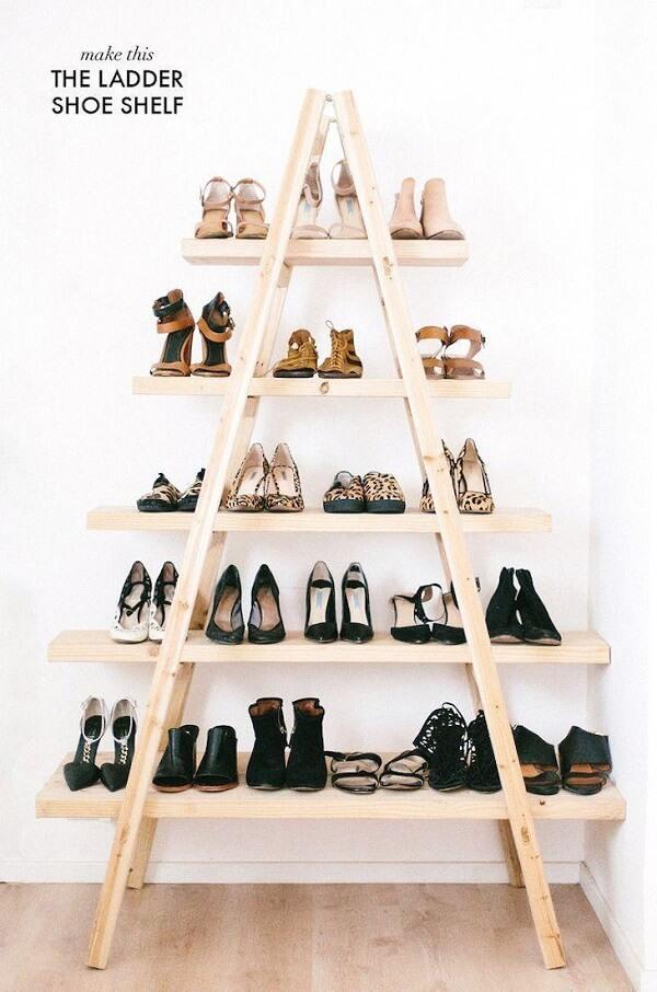 A estante escada é uma excelente opção para organizar os sapatos