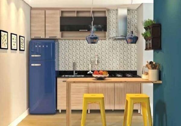 A geladeira azul se destaca na cozinha modulada em madeira. Fonte: Pinterest