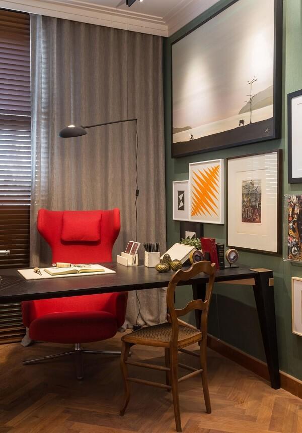 A iluminação favoreceu a presença dos quadros para escritório