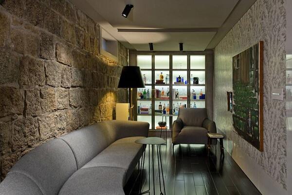 A iluminação trouxe um toque especial para o home bar da parede
