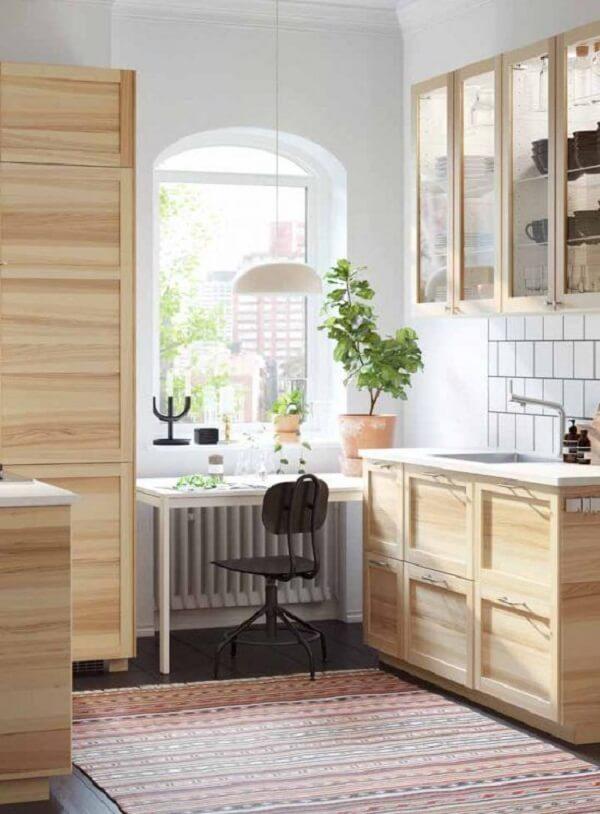 A madeira de pinus faz parte do acabamento dessa cozinha modulada. Fonte: Pinterest