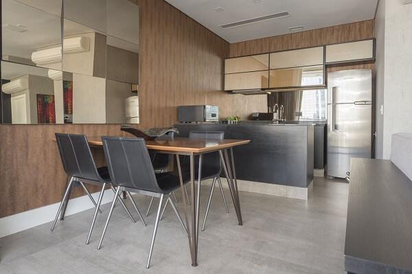 A mesa com 4 cadeiras decora lindamente o espaço