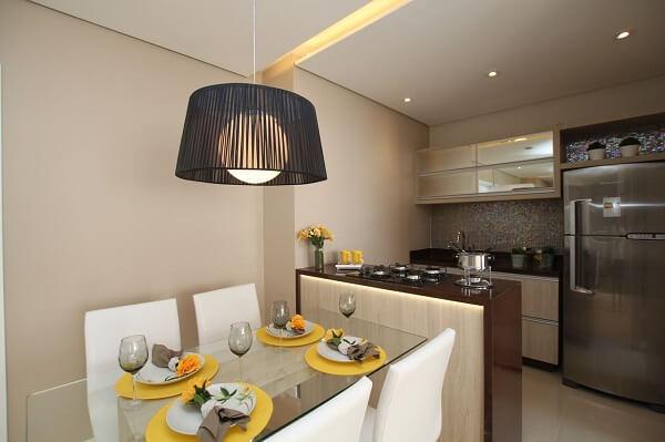 A mesa com 4 cadeiras para cozinha traz leveza para a decoração