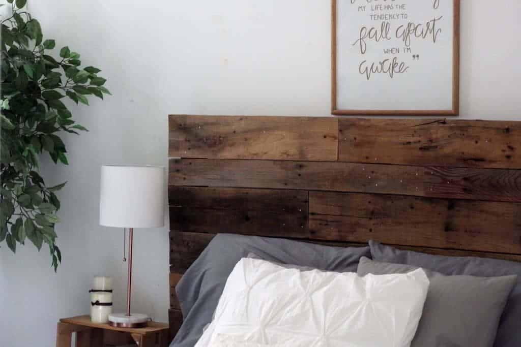 A moldura de madeira se harmoniza com a decoração do quarto