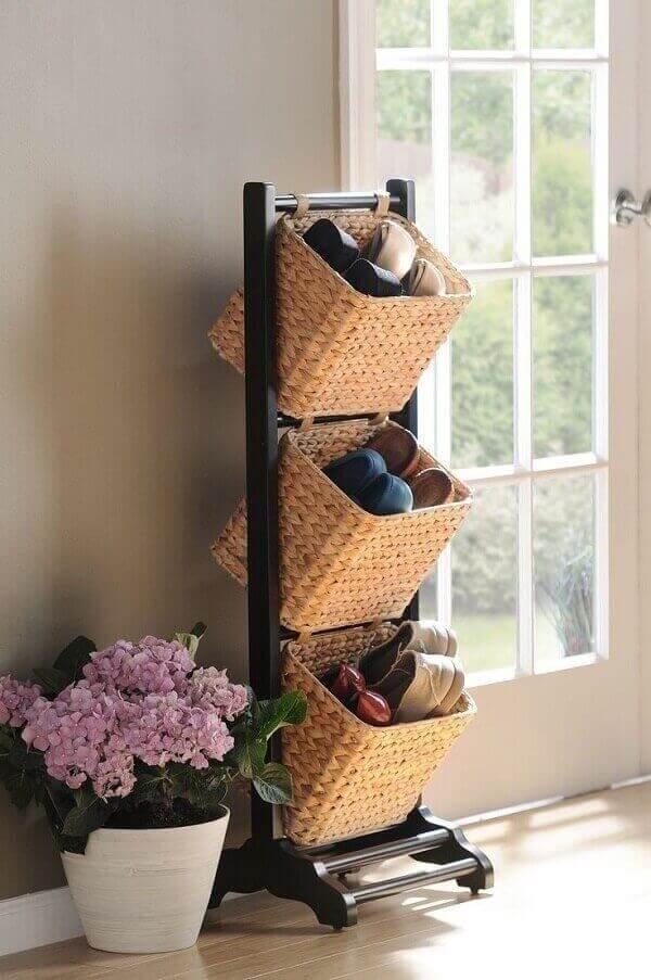 A sapateira de casa pode ser feita com cestos de organização
