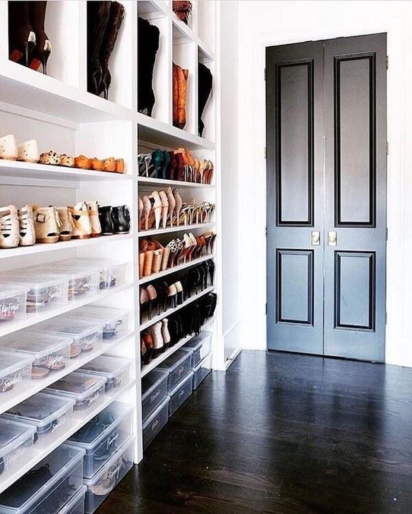 A sapateira planejada organiza diferentes tipos de sapatos