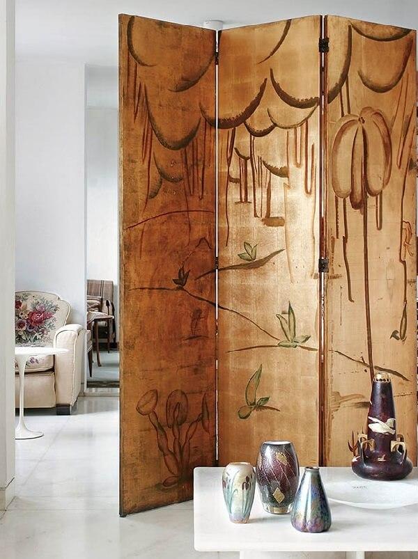 A superfície do biombo de madeira recebeu uma pintura especial