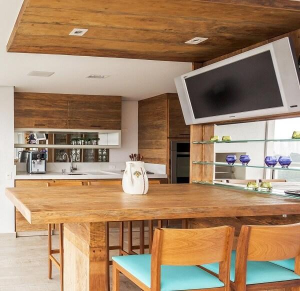 Ambiente planejado com móveis rústicos e cadeiras de madeira para cozinha