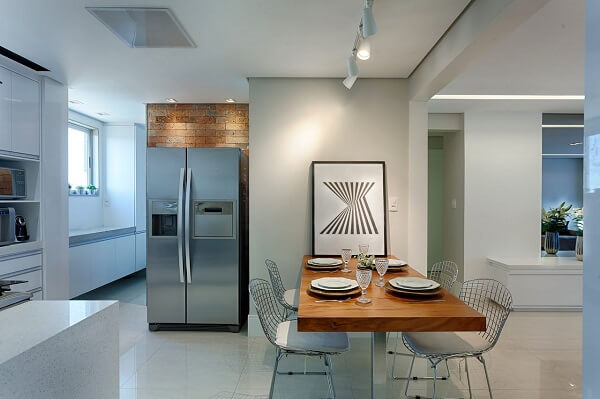 Ambiente com mesa com 4 cadeiras para cozinha e iluminação em trilho branca