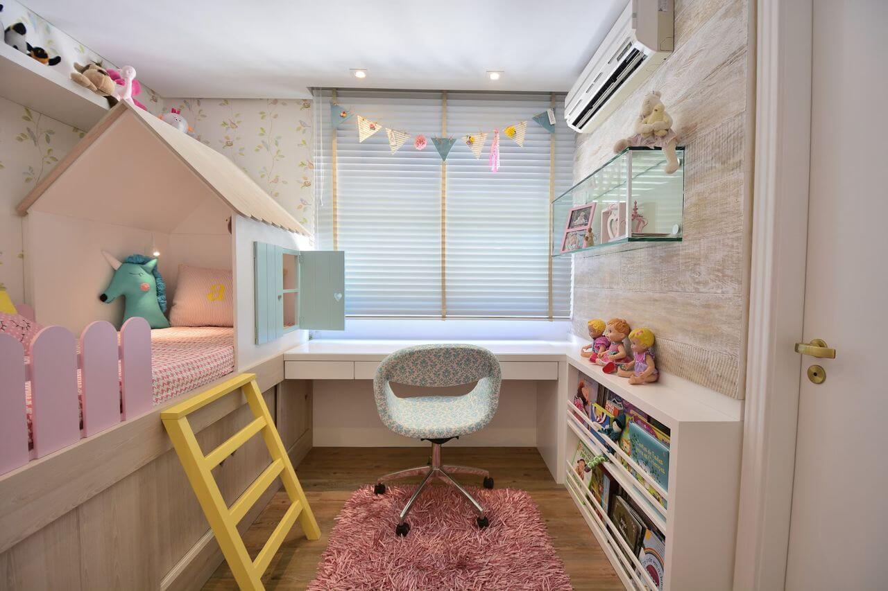 Ambiente com mobiliário infantil e tapete rosa