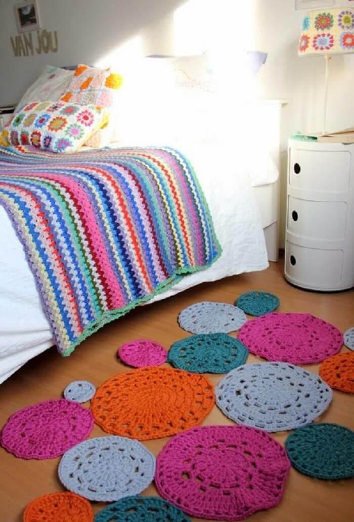Ambiente com tapete colorida e criado mudo branco