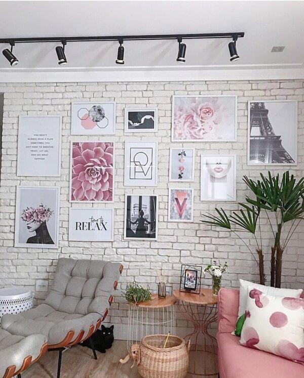 Ambiente descontraído com sofá rosa e poltrona costela