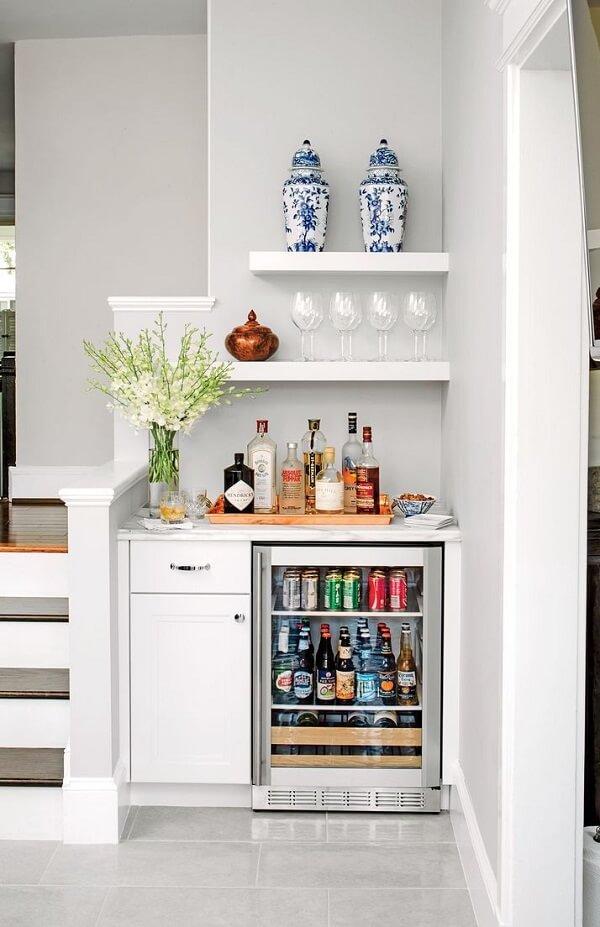 Aproveite o cantinho ao lado da escada para montar um mini home bar