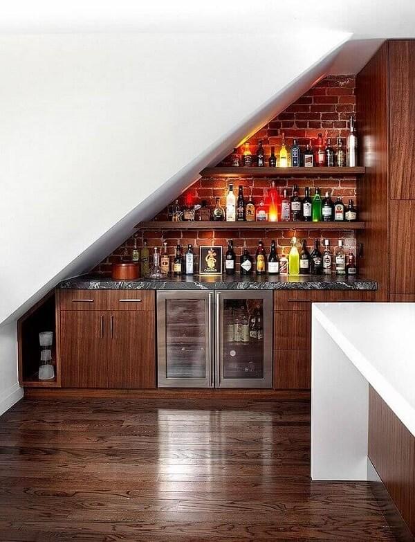 Aproveite o espaço embaixo da escada para montar um criativo home bar