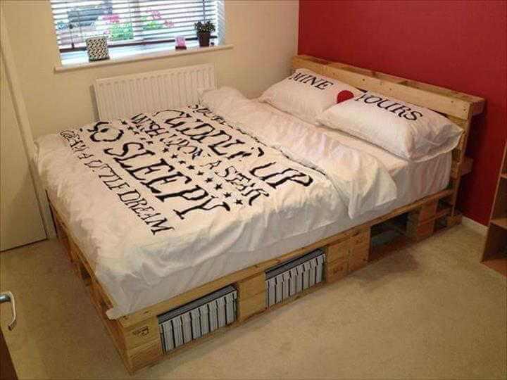 Aproveite os espaço embaixo da cama com cabeceira de pallet para guardar objetos