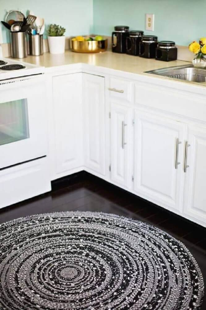 Armários brancos e pisos para cozinha em tom preto. Fonte: Home Decoo