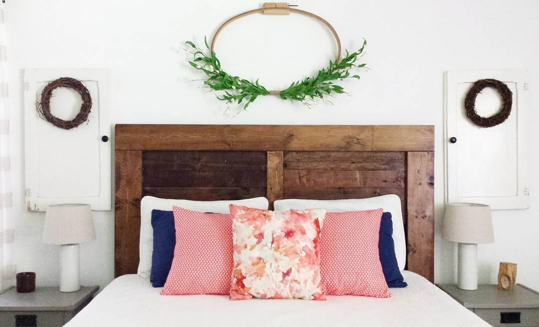 As almofadas coloridas trazem um toque de cor para o dormitório