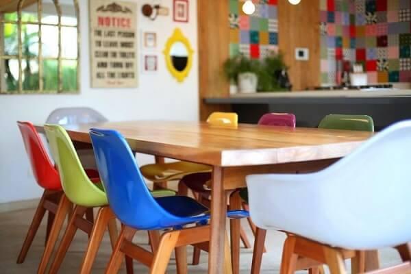 As cadeiras coloridas para cozinha são a grande atração do ambiente