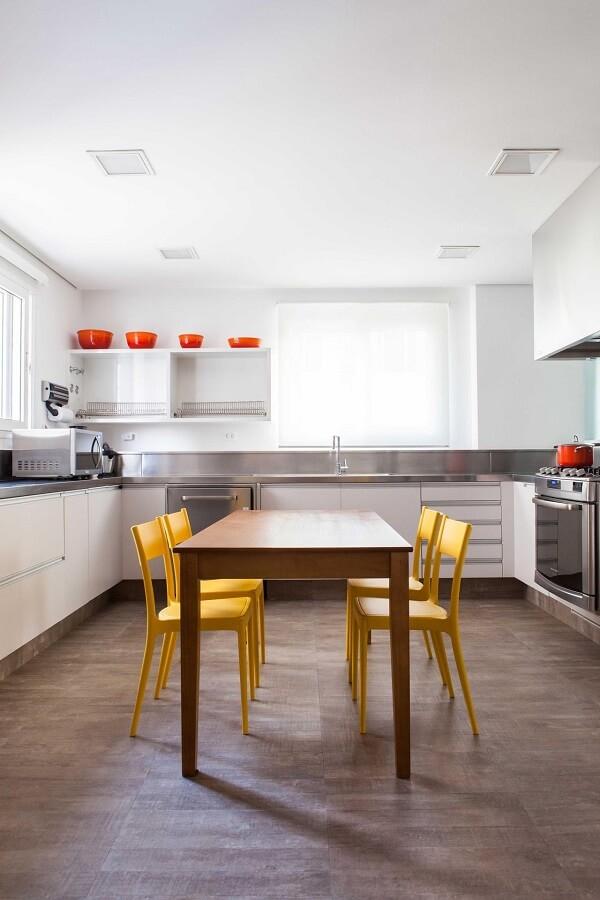 As cadeiras para cozinha amarelas trazem energia para o cômodo