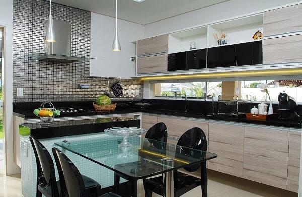 As cadeiras para cozinha formam uma linda composição com a parede de pastilhas pratas