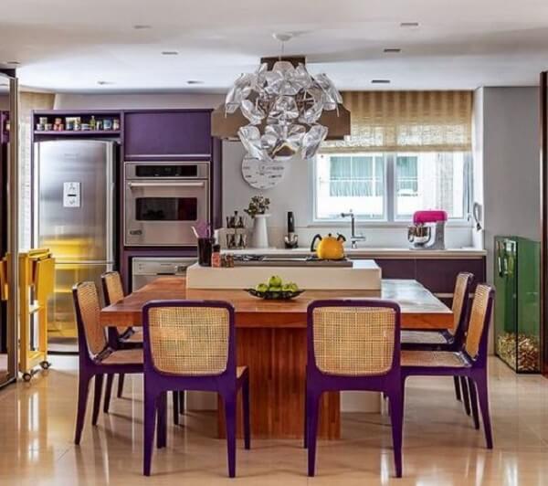 As cadeiras para cozinha roxa combinam com os móveis do ambiente
