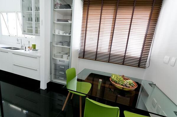 As cadeiras para cozinha verde quebram a monotonia do branco no ambiente
