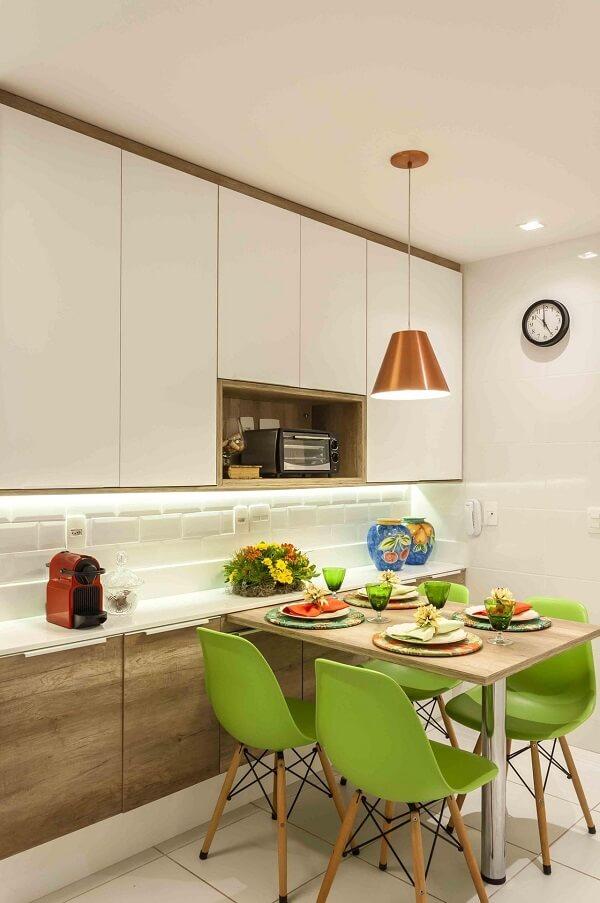 As cadeiras para cozinha verdes trazem descontração para o momento das refeições