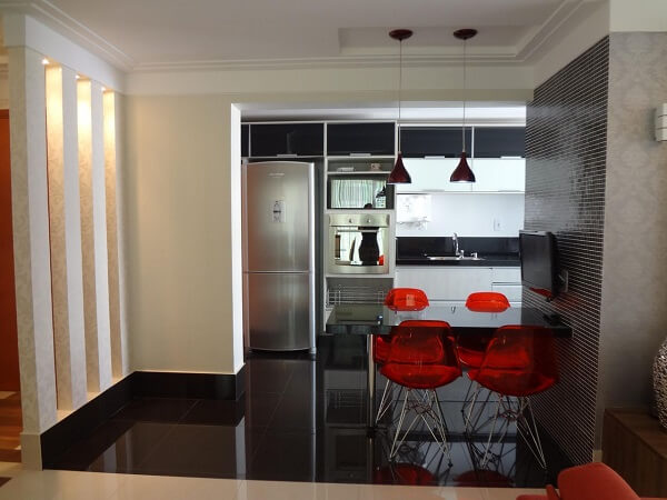As cadeiras para cozinha vermelhas trouxeram um ponto de cor para o espaço