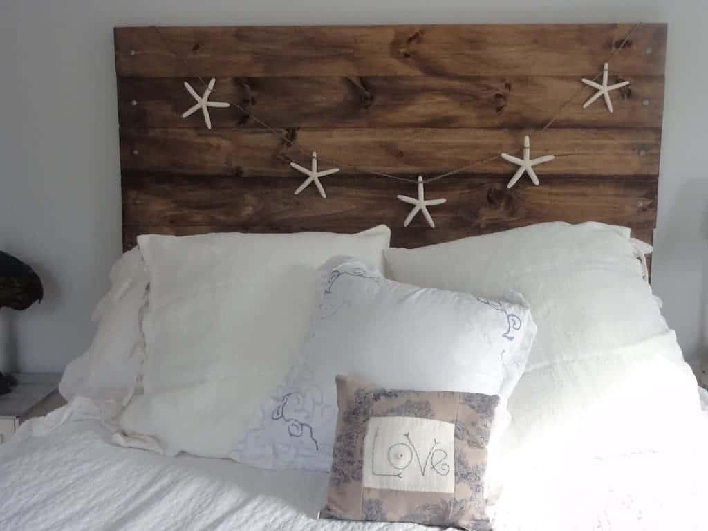 As estrelas que decoram o quarto trazem um estilo náutico para o espaço