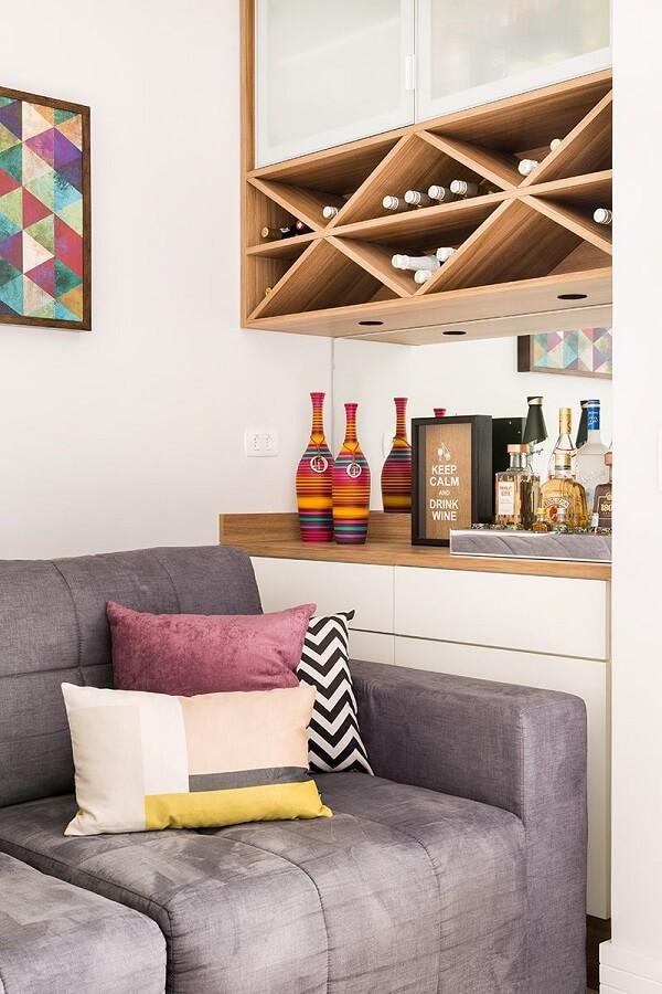 As garrafas do home bar podem ficar organizadas sobre uma bandeja