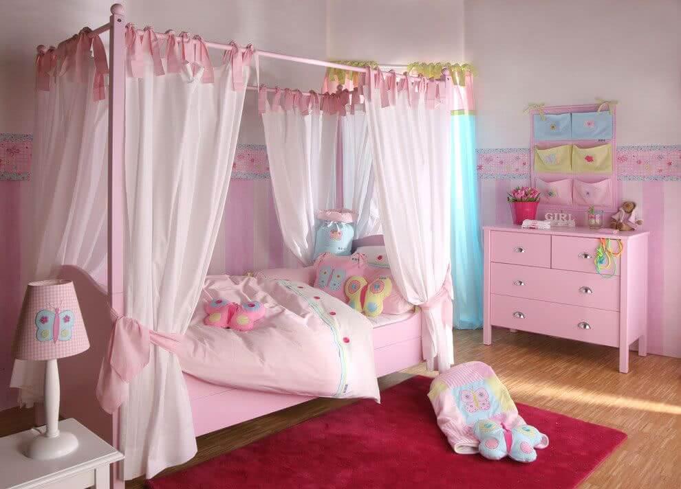 As laterais da cama infantil são fechadas com cortinas