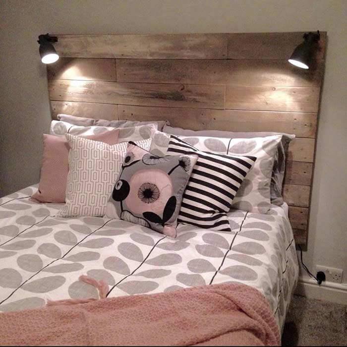 As luminárias embutidas trazem um ponto de luz para a cama
