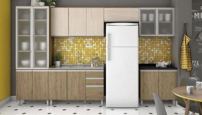 As pastilhas em amarelo trazem textura para a cozinha modulada. Fonte: Heen