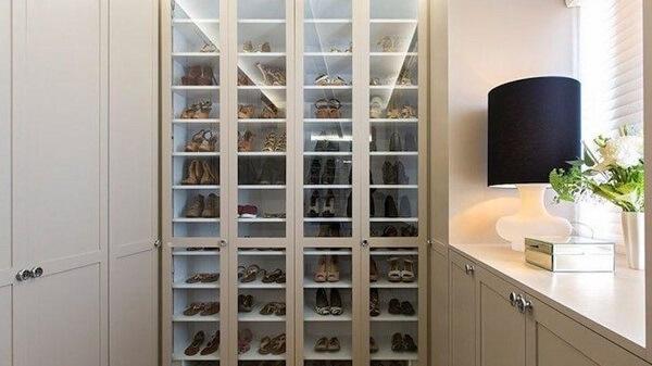 As portas de vidros facilitam visualizar todos os sapatos guardados
